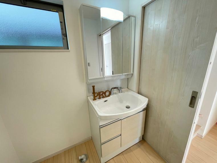 洗面化粧台 浅型で広い洗面台はお掃除のしやすさも魅力的 鏡の裏にはたっぷりの収納が