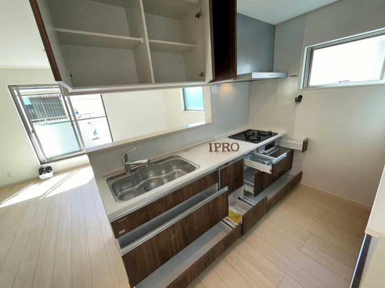 キッチン キッチンシンク自体にも大きな収納があります フライパンや深いお鍋も楽々収納