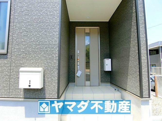 玄関 玄関扉の横についている白い箱は宅配ボックスです。留守の時も荷物を入れられるので宅配業者さんもニッコリです。