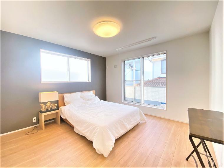 寝室 〈約8帖〉大きな窓からは暖かな陽光が広がり快適にお使いいただけます。