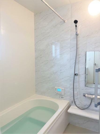浴室 ゆったりとした広さのバスルーム。浴室暖房乾燥機つきで雨の日や花粉の多い季節でも浴室で洗濯物を干すことができます。