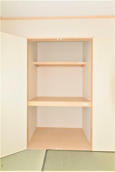 収納 両開きの大きな押し入れ。お布団や季節ものもたっぷり収納できます。