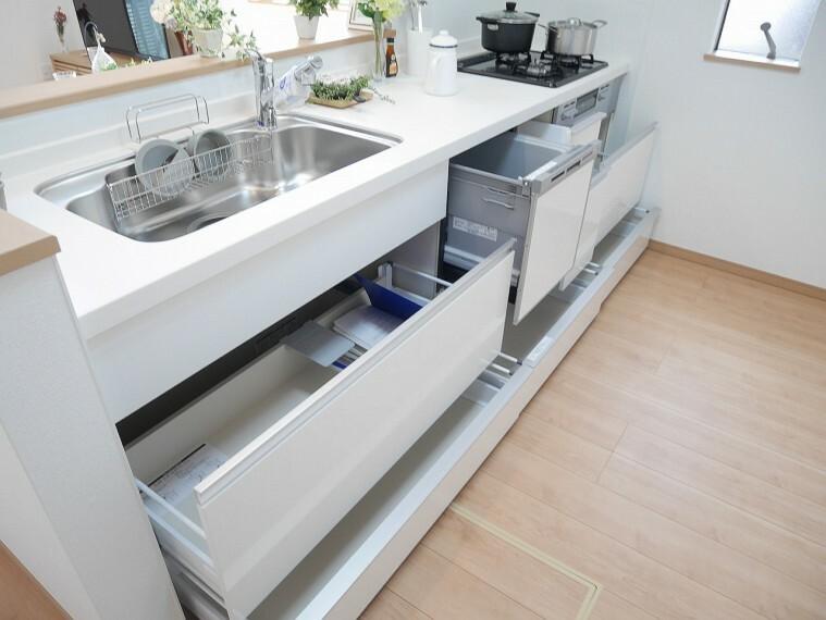 キッチン キッチン収納はたっぷり設けてあります!たくさんのキッチングッズもきれいに収納できそうですね!