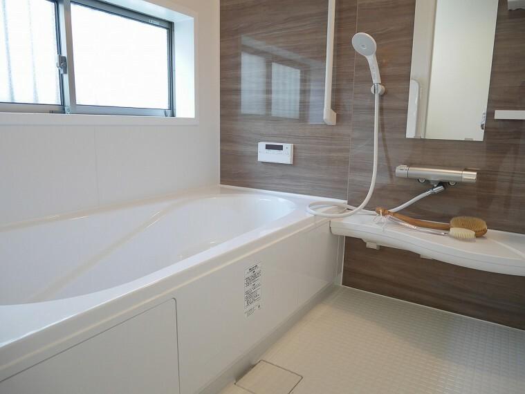 浴室 ゆったり1坪タイプの浴室。お子様と一緒にゆっくり入れます! 浴室乾燥機を完備したバスルームです!