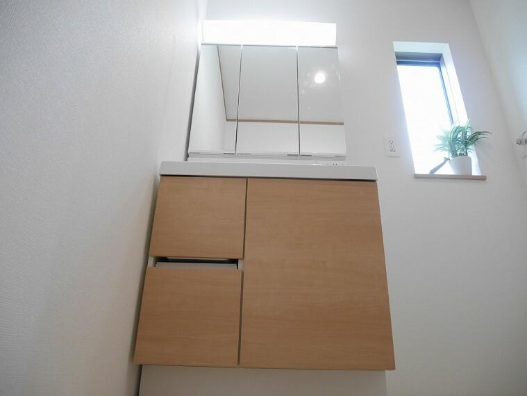 洗面化粧台 清潔感のある快適空間で毎日の身支度も気持ち良くできそうです!