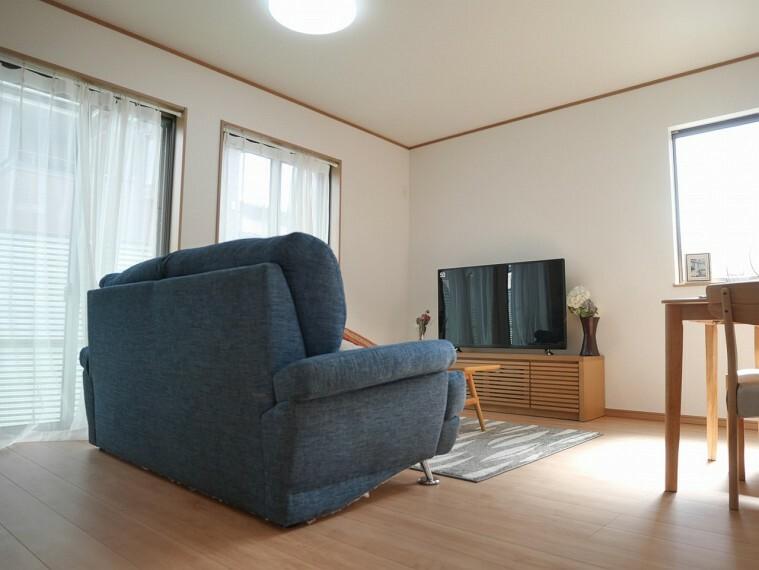 リビングダイニング ただいま、家具を配置して、インテリアのイメージしやすくなっております!ぜひ一度ご覧ください。