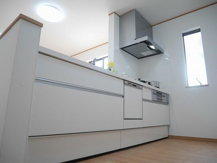 キッチン 白で統一された清潔感のあるキッチンは、お料理をしながら家族との会話が楽しめる対面式です!