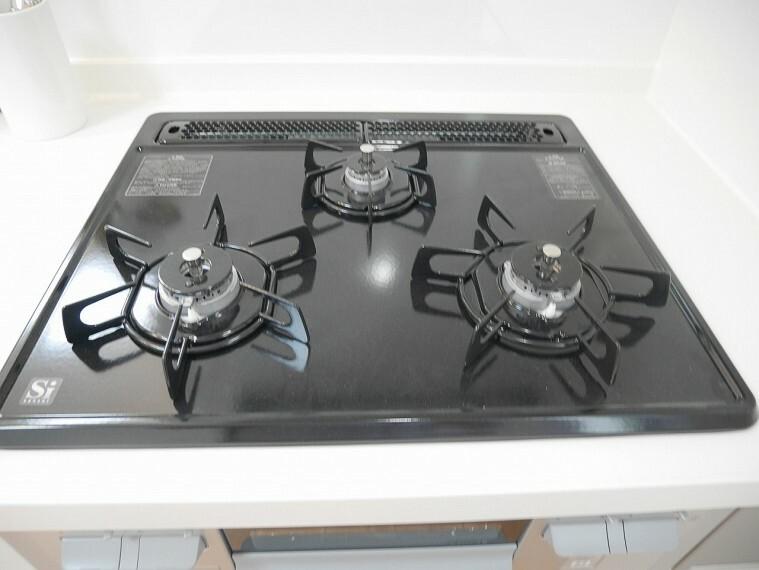 キッチン お掃除がしやすいガラストップコンロで清潔なキッチンを楽々キープできそうです!