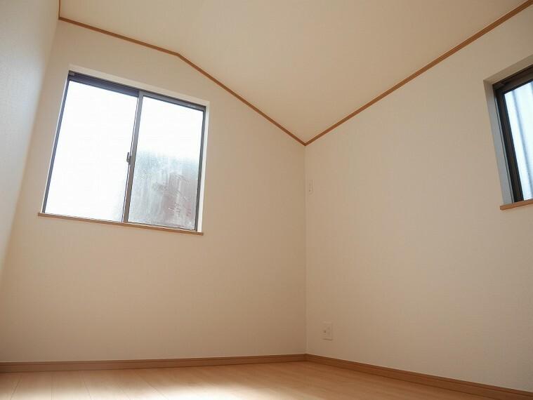 居間・リビング 2面採光で明るく通気性の良い寝室です!