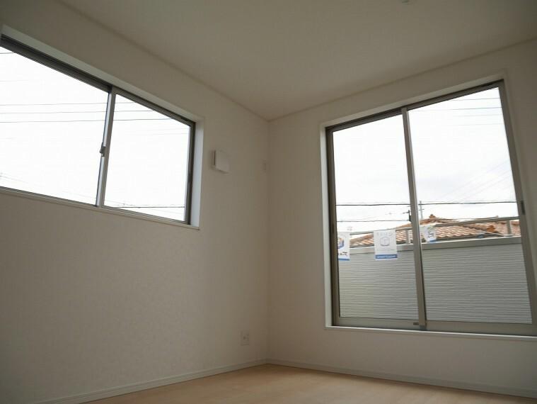 居間・リビング 2面採光で陽当たりと風通しが良好です