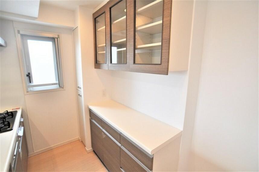 キッチン 大型カップボードで食器も楽々収納です。