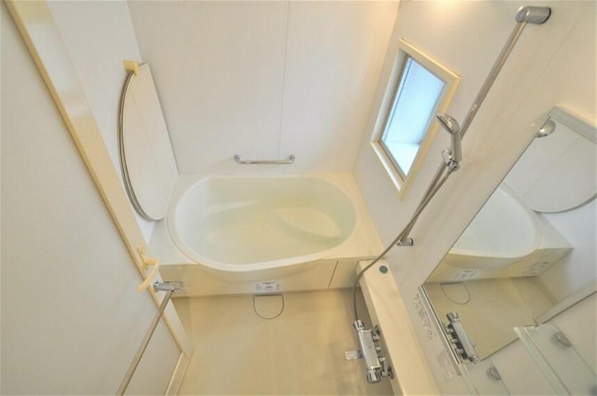 浴室 角部屋ならではの窓付きバスルーム。