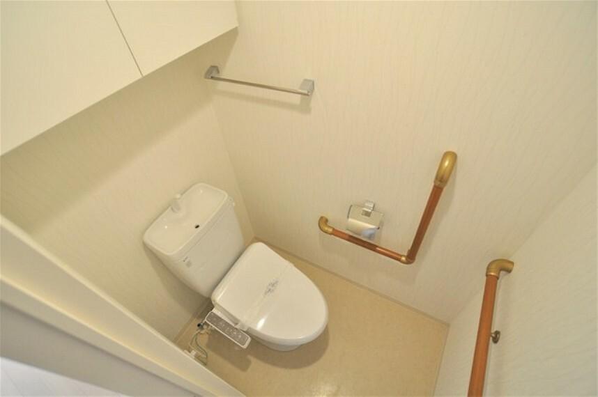 トイレ トイレ室は便利な手摺が二か所つき。クロス張替えとウォッシュレット便座新品、ハウスクリーニング済みです。