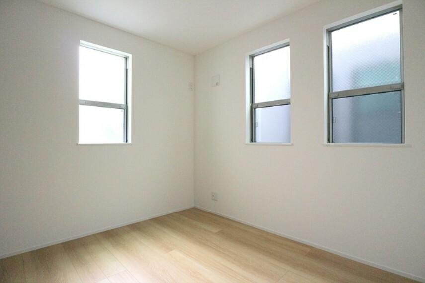 洋室 窓を2箇所に設けた居室はいつも風の通りがよく明るいので、毎日清々しい気分に。 ■立川市幸町4 新築一戸建て■