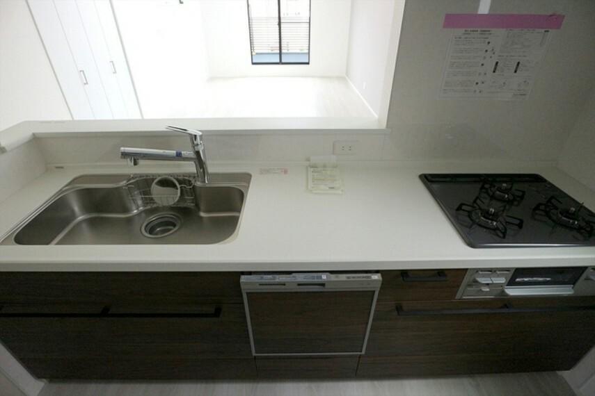 キッチン 家族が集まるリビングダイニングキッチンは自然とコミュニケーションが取れる設計となっております。 ■立川市幸町4 新築一戸建て■