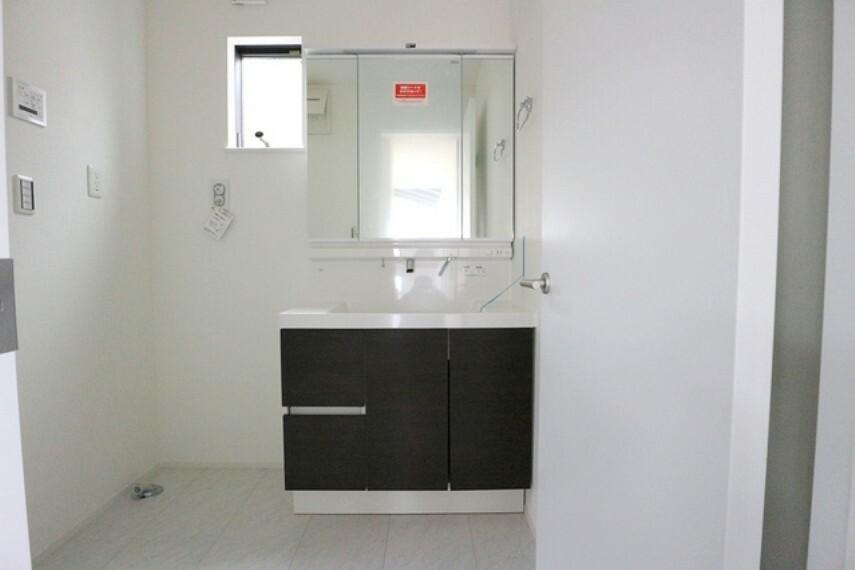 洗面化粧台 清潔なパウダールームは身だしなみチェックや肌のお手入れに最適です。収納もあり、スッキリと見映えの良い空間にこしらえました。時間に余裕とゆとりを持たせます。 ■立川市幸町4 新築一戸建て■