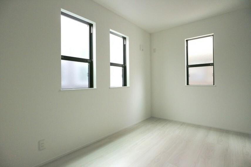 洋室 充分な広さの収納を備え、採光良好な居室は、快適空間。プライベートの時間もゆったりお寛ぎ頂けそうです。 ■立川市幸町4 新築一戸建て■