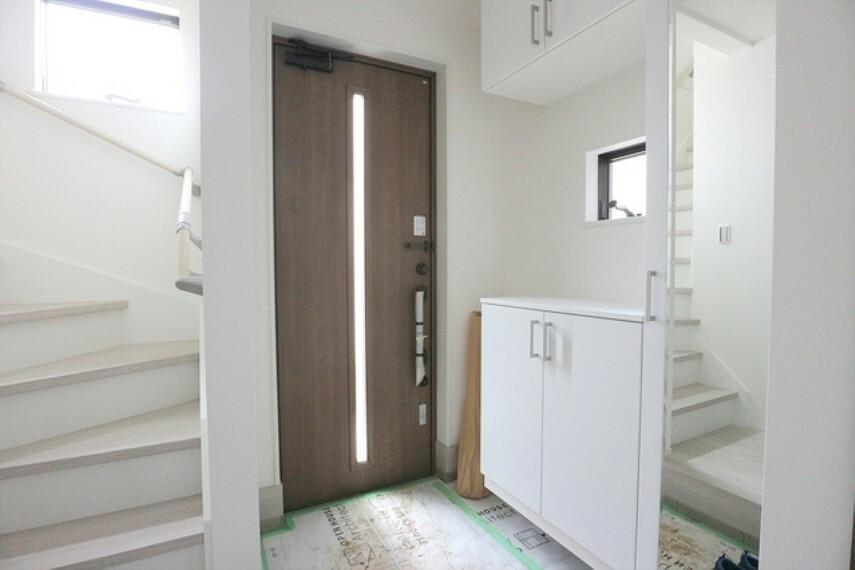 玄関は清潔感のある空間にしたいもの。ご家族が多いご家庭にはとても便利なたっぷり収納できるシューズボックス付きです。 ■立川市幸町4 新築一戸建て■
