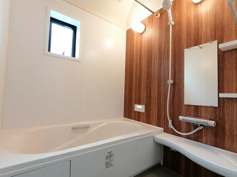 浴室 1坪サイズのバスルーム。浴室換気乾燥機を標準装備。乾きやすい床やお手入れのしやすい排水口など、いつも清潔にご使用いただけます。 ■府中市小柳町3 新築一戸建て■