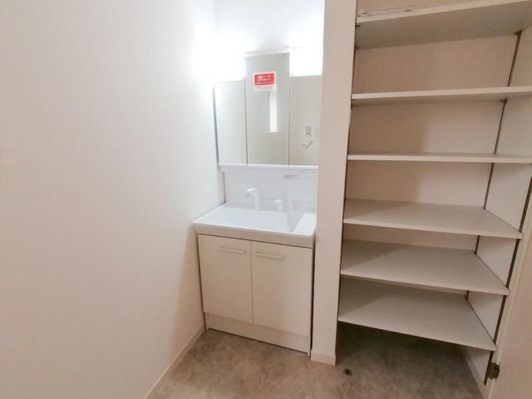 洗面化粧台 清潔なパウダールームは身だしなみチェックや肌のお手入れに最適です。収納もあり、スッキリと見映えの良い空間に拵えました。時間に余裕とゆとりを持たせます。 ■府中市小柳町3 新築一戸建て■
