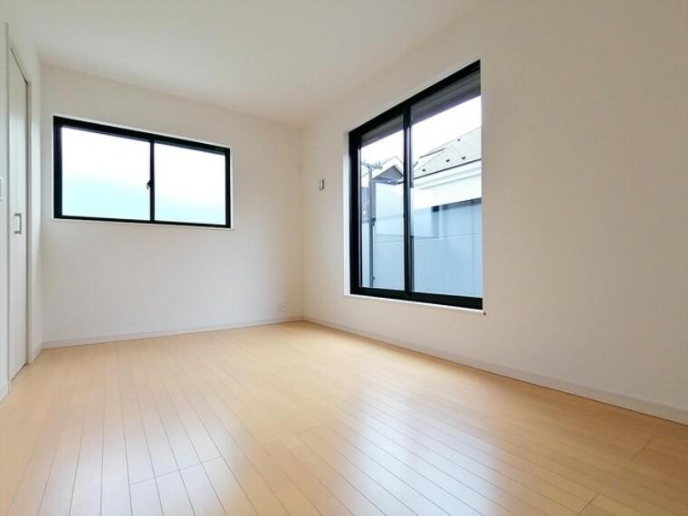 全居室、窓と収納がついているプライベートルーム。外からの光が入ることで日中は照明いらず。窓を開ければ爽やかな風が住まいを通り抜けます。 ■府中市小柳町3 新築一戸建て■