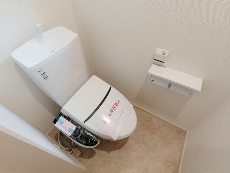 トイレ 清潔な空間を保ちたいトイレは清潔感のあるオフホワイト。毎日使う場所だからこそお手入れも楽々にできる機能を搭載。汚れが付着しにくい便器はお掃除も楽々です。 ■府中市小柳町3 新築一戸建て■