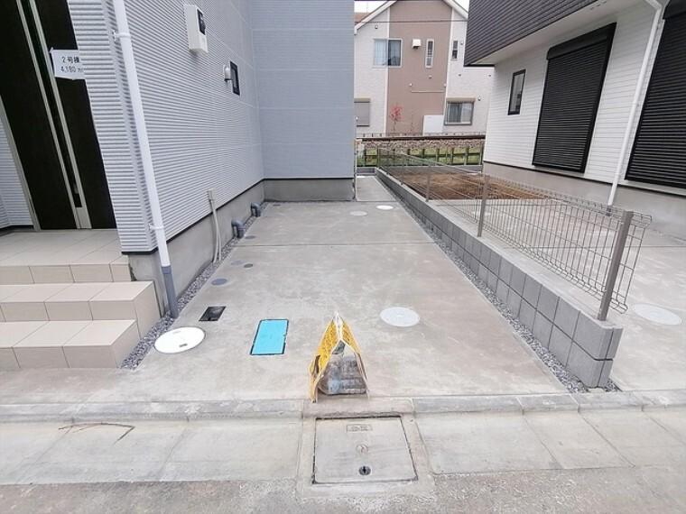駐車場 コンクリート仕上げのカースペース。お手入れのしやすさ、耐久性に優れています。 ■府中市小柳町3 新築一戸建て■