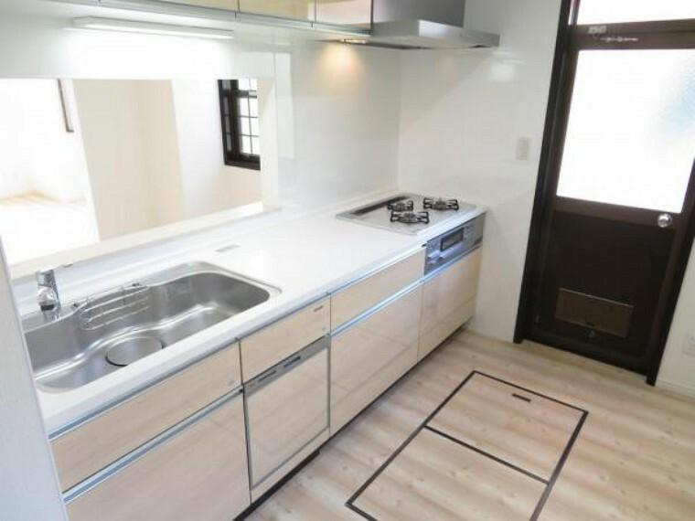 キッチン 吊戸棚もあり収納充実のキッチン