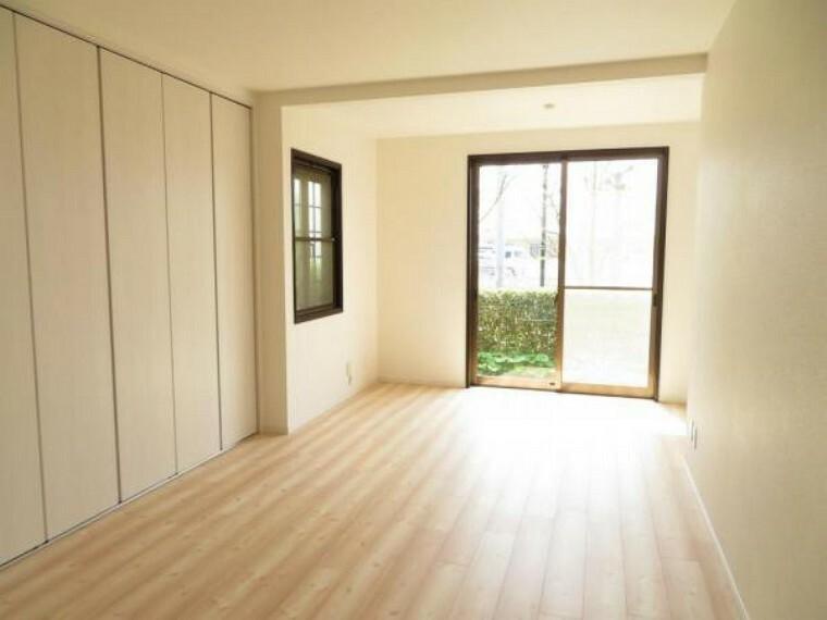 プラスルームのある洋室10帖。南向きの明るいお部屋です。
