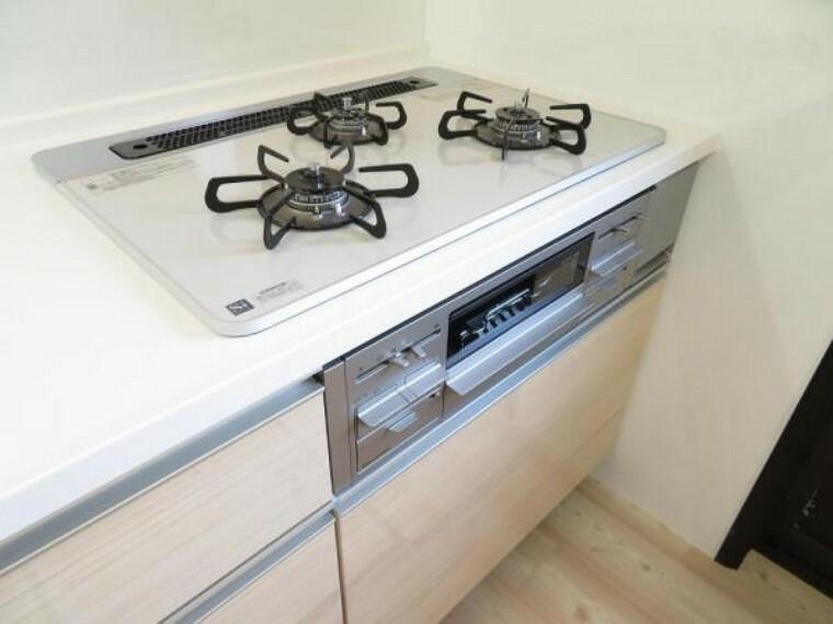 キッチン 3口コンロで手際よくお料理できます。