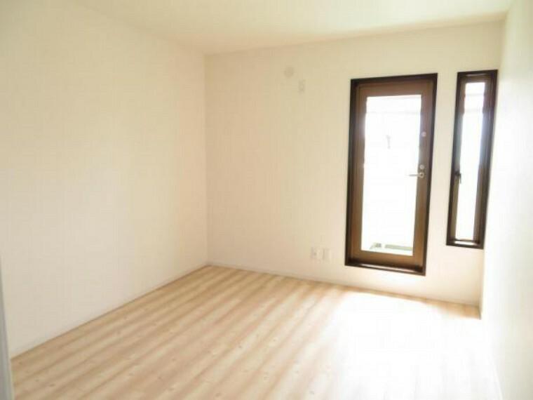 2階の洋室7帖。バルコニーに面しています。