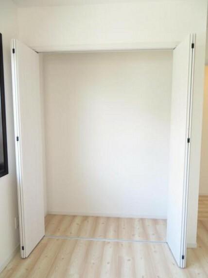 収納 5帖の洋室のクローゼット。お部屋を広く使えますね。