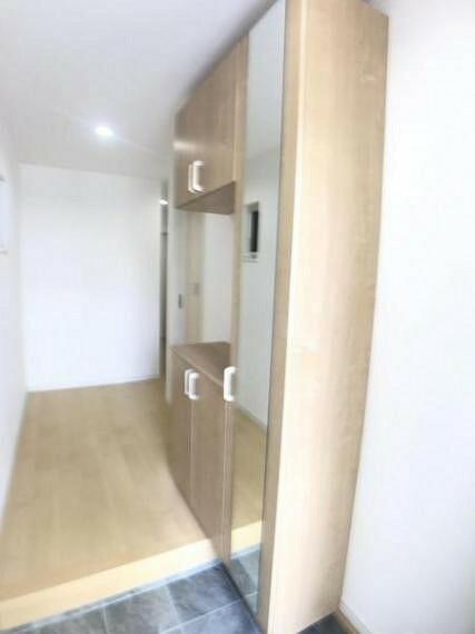 玄関 玄関収納は収納力の高いトールタイプのシューズボックスです。
