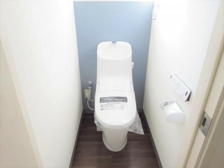 トイレ 【リフォーム済写真】トイレの写真です。トイレはLIXIL製の温水洗浄機能付きに新品交換しました。クッションフロア張り替え、クロス張り替えを行いました。キズや汚れが付きにくい加工が施してあるのでお手入れが簡単です。直接肌に触れるトイレは新品が嬉しいですよね。