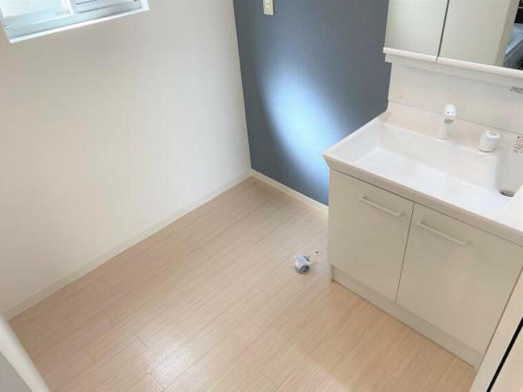 洗面化粧台 【リフォーム済写真】洗面脱衣所の写真です。クッションフロア張替え、壁・天井クロス張替えを行いました。もちろん洗濯機を置くスペースも確保していますよ。