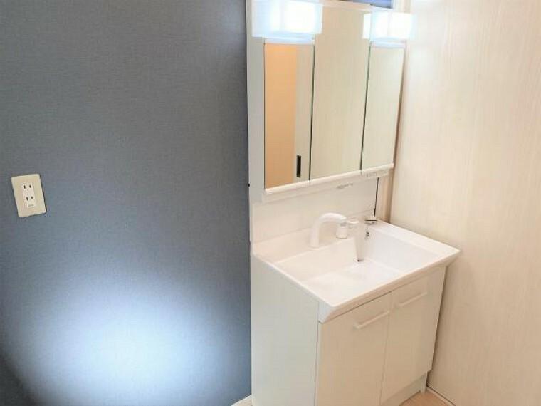 洗面化粧台 【リフォーム済写真】洗面化粧台はLIXIL製の新品に交換しました。排水口を右奥に設置することで、洗面ボウルの広さを最大限生かせます。洗面ボウルは底が平らなので、つけ置き洗いなどの家事でも活躍します。