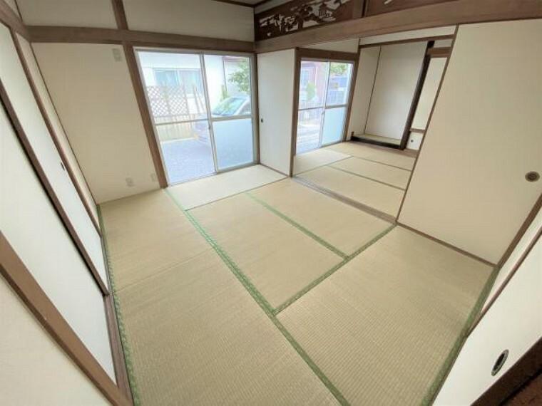 【リフォーム済写真】東側の和室の写真です。畳表替え、襖・障子張替え、壁・天井クロス張替えを行いました。イグサの香りに包まれた空間でお客様をおもてなしできますよ。