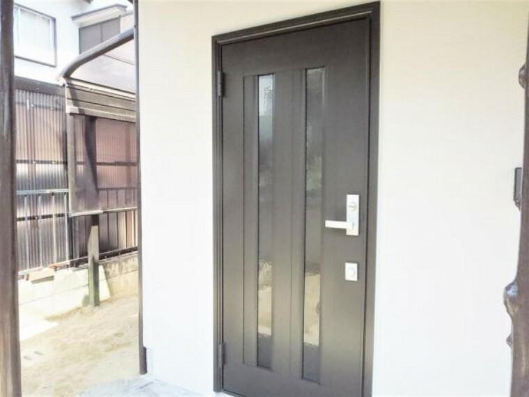 玄関 【リフォーム済写真】玄関の写真です。玄関ドアを新設しました。玄関はお家の顔となる部分、お客様が最初に目にする場所だからこそ、第一印象が大切ですね。