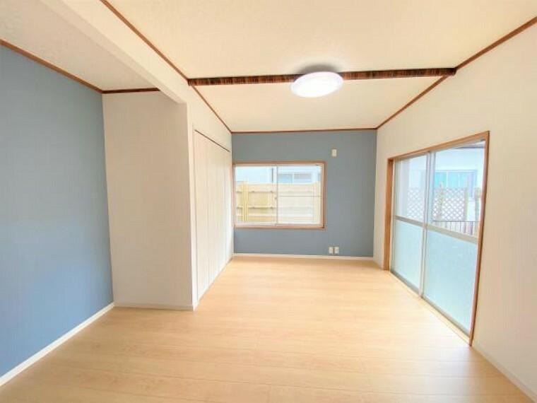 【リフォーム済写真】LDKリビング側の写真です。床フローリング張替え、壁・天井クロス張替え、クローゼット新設を行いました。収納があるのでお部屋をスッキリと見せることができますね。