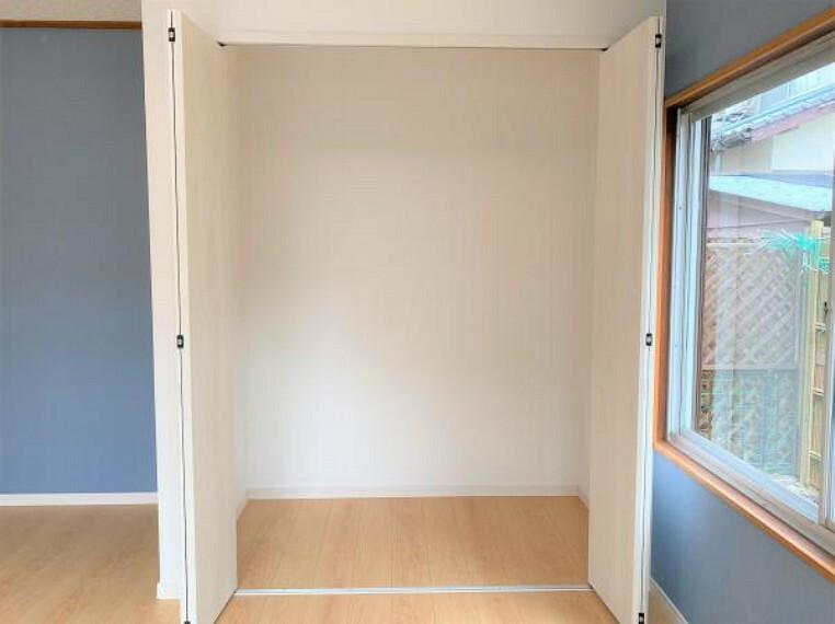 居間・リビング 【リフォーム済写真】LDKのクローゼットの写真です。ものがあふれがちなリビングにしっかり収納スペースがあると、掃除機などもすっきり片付けることができるので嬉しいですね。