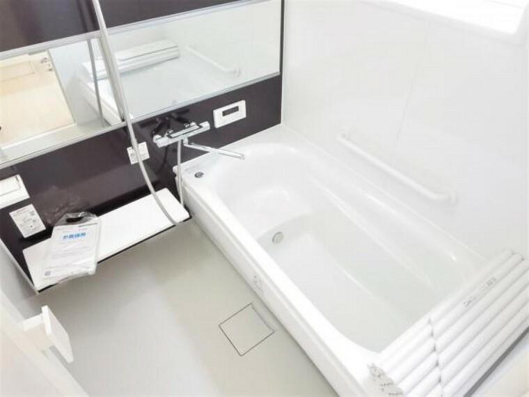 浴室 【リフォーム済写真】お風呂の写真です。浴室はTOTO製の新品のユニットバスに交換しました。足を伸ばせる1坪サイズの広々とした浴槽で、1日の疲れをゆっくり癒すことができますよ。