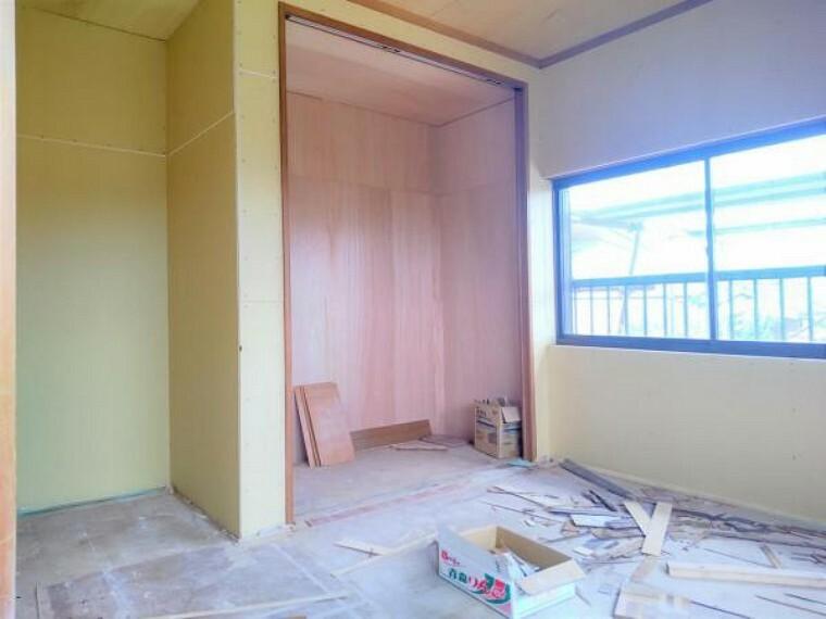 【リフォーム中(5/13撮影)】2階の和室を洋室に変更しております。全部屋南向きなので日が気持ちいですね。