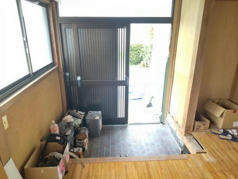 玄関 【リフォーム中(5/13撮影)】玄関内部の写真です。玄関扉、シューズボックスを新品交換し床はフローリングで仕上げ、壁・天井はクロス張替えをします。