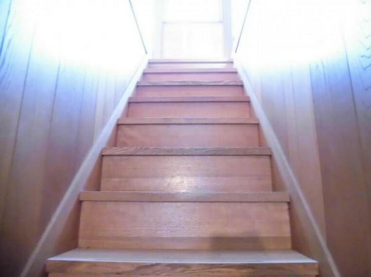 【リフォーム中写真】階段の写真です。ご高齢の方や小さなお子様も昇り降りしやすいように手すりを設置する予定です。