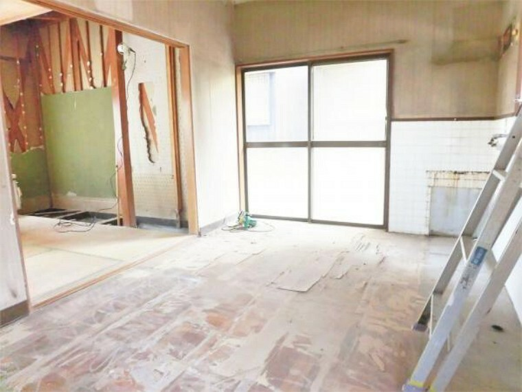 【リフォーム中写真】1階ダイニングだった部屋を洋室6帖に変更します。床フロア張り、壁・天井はクロス張替えを行います。