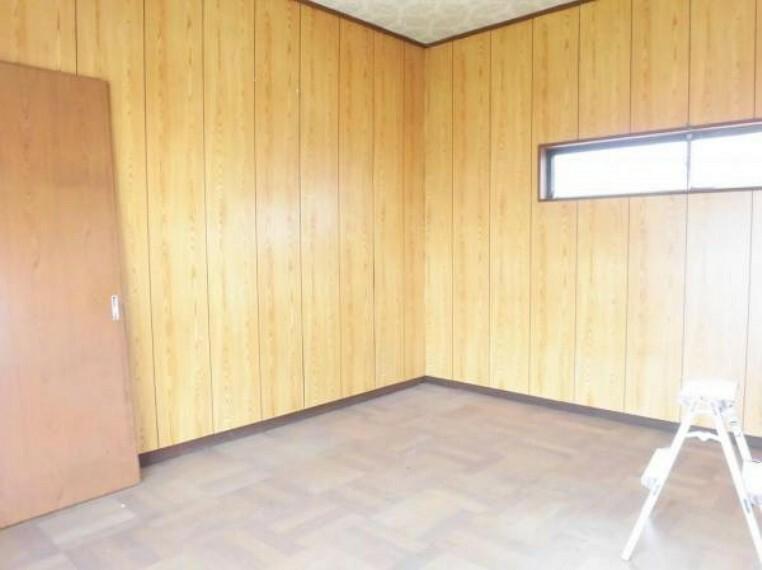 【リフォーム中写真】2階南西側洋室6帖の写真です。床クリーニング、壁・天井クロス張替え、照明器具新設を行います。
