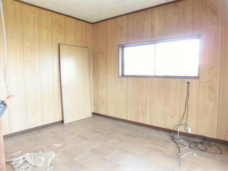 【リフォーム中写真】2階南東側洋室6帖の写真です。こちらも、床クリーニング、壁・天井クロス張替え、照明器具新設します。