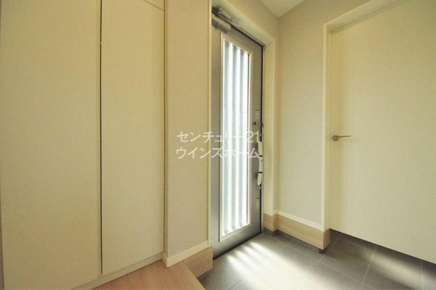 玄関 清潔感あふれる玄関でご家族やお客様をお出迎え!シューズボックスだけではなくシューズクロークもございます!靴をすっきりと収納でき、お家の顔である玄関を綺麗に保てます。