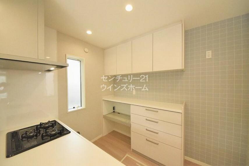 キッチン 家事仕事を快適にさせる便利な食器棚付き!家具を買い足すことなく、スマートに収納できます!近くに窓があるので、短時間で空気の入れ替えも可能!