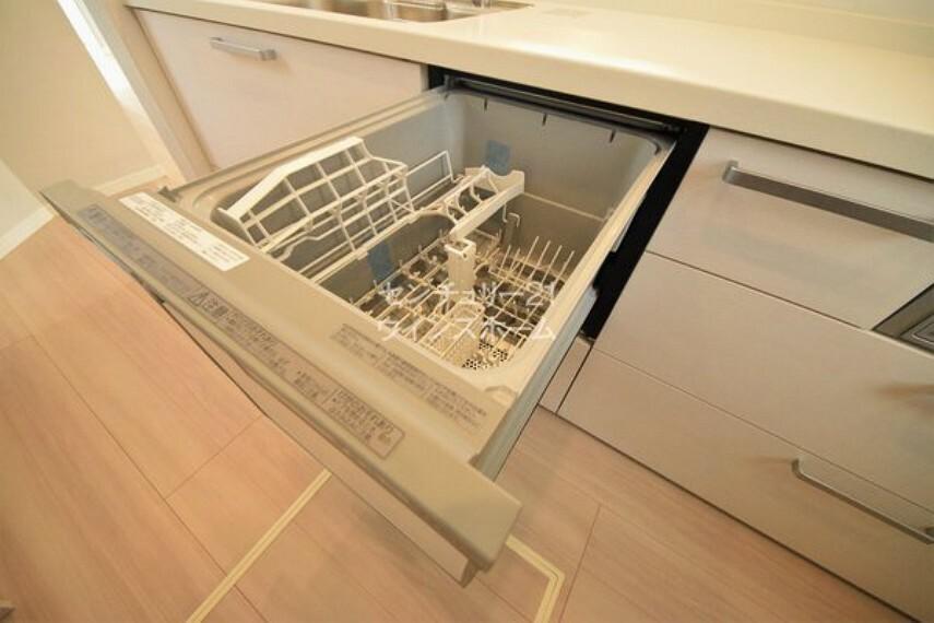 キッチン 主婦の味方、食洗機付き! 少量の水で洗うことができ、水道代の節約になります。